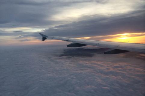 Tragfläche eines Flugzeuges über den Wolken