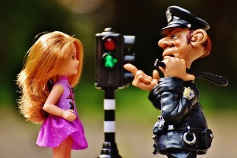 Polizist belehrt Corona-Barbie